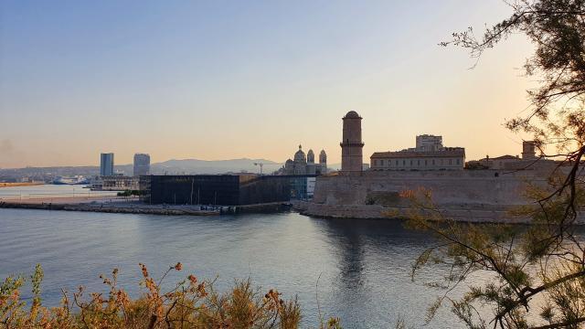 Entrée du Vieux-Port, vue sur le Mucem et le Fort St Jean
