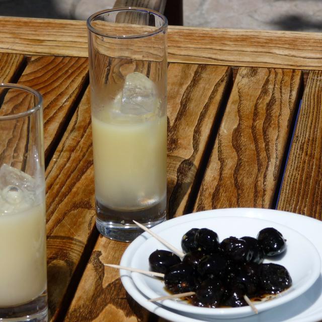 verres de Pastis et olives noires pour apéritif