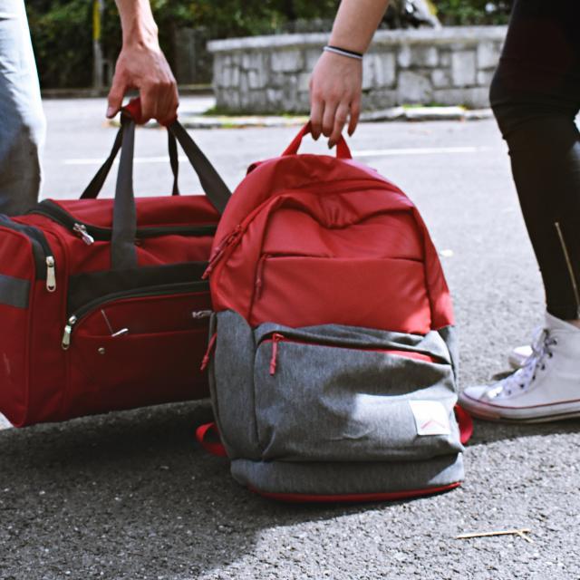Deux personnes qui portent des bagages