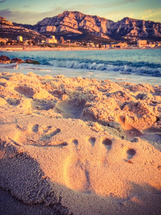 Plage du Prado, empreintes de mains dans le sable