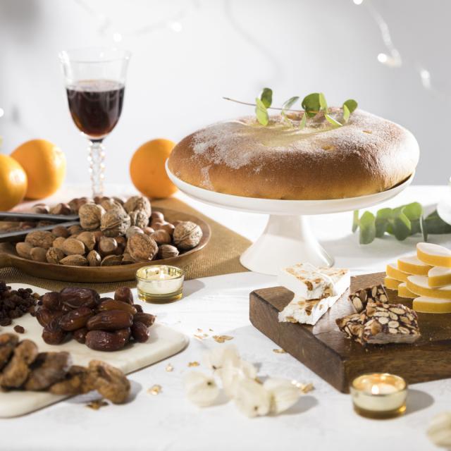 table avec les 13 desserts, tradition de Noel à Marseille