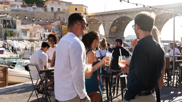 Groupe d'amis buvant l'apéro, au Vallon des Auffes à Marseille