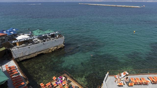 La Corniche Kennedy à Marseille, vue sur la mer et Les matelas du Bistrot plage