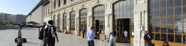Voyageurs dur l'esplanade de la Gare Saint-Charles à Marseille