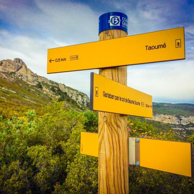 Panneau d'affichage randonnées dans les collines de Marcel Pagnol