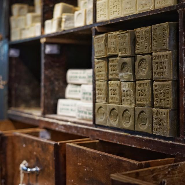 Vieux savon de Marseille empillés sur une étagère