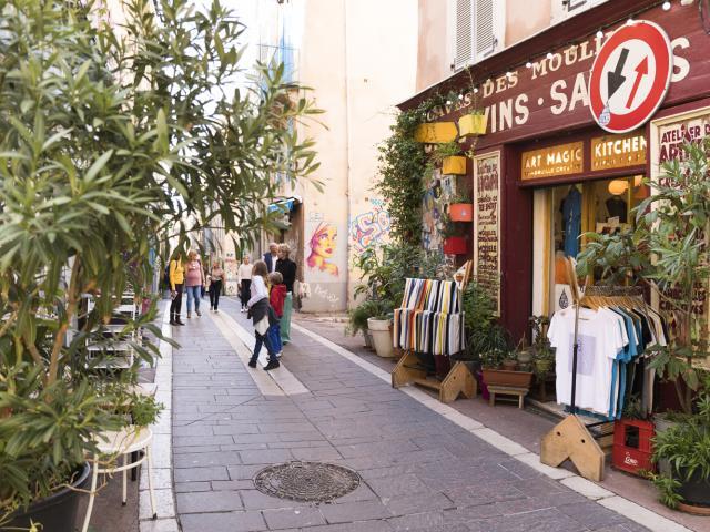 Ruelle du quartier du Panier à Marseille et magasin artisanal