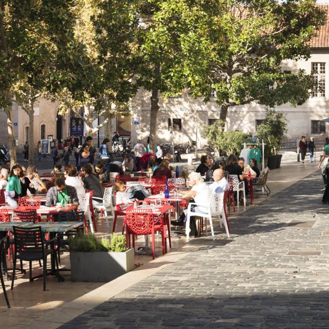terrasse de café sur la place devant la Vieille Charité, quartier du Panier à Marseille