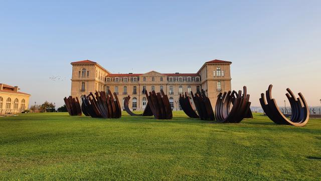 Palais du Pharo et sculpture de Bernar Venet