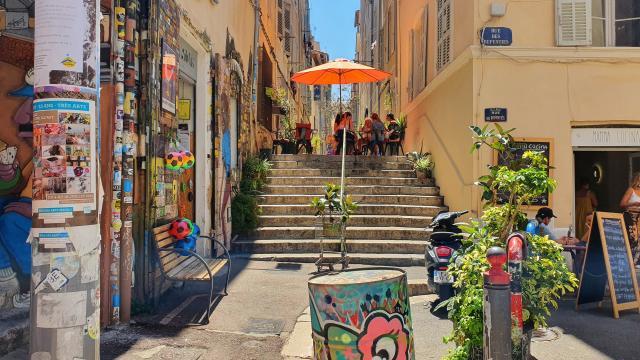Ruelle colorée avec Street art dans le quartier du Panier
