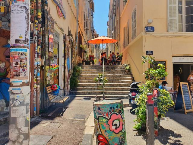 Ruelle colorée et Street art dans le quartier du Panier