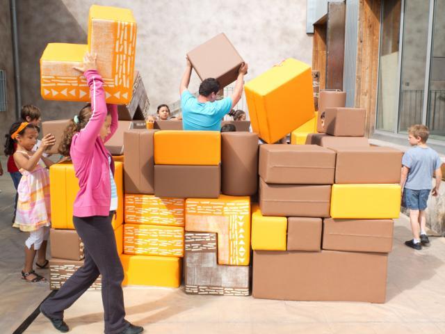 construction architecturale en carton, jeux d'enfants
