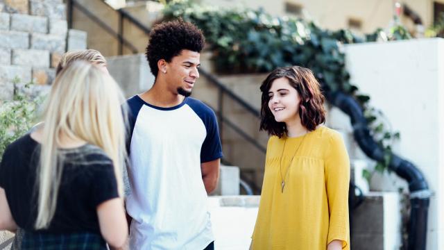 Jeunes qui discutent devant une auberge de jeunesse