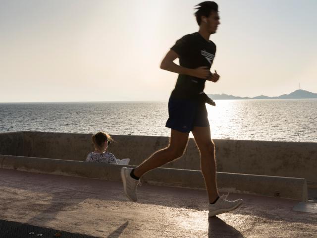 Homme qui fait le jogging en bord de Mer, sur la Corniche Kennedy à Marseille