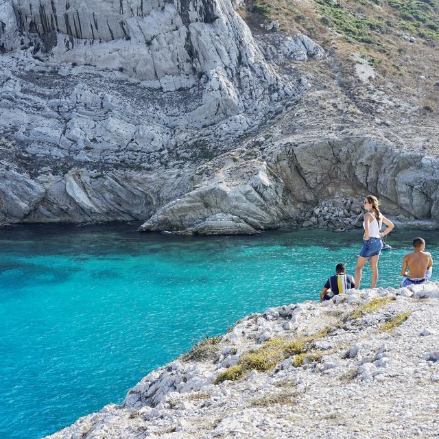 groupe d'amis sur les rochers aux Goudes en face de l'île Maire avec une eau turquoise