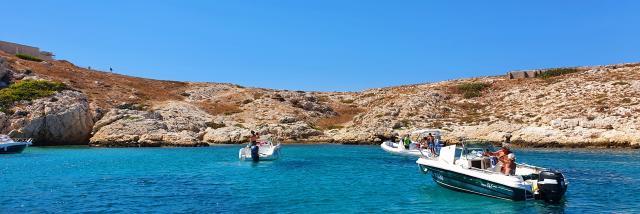 Iles Du Frioul avec eau turquoise vues du bateau