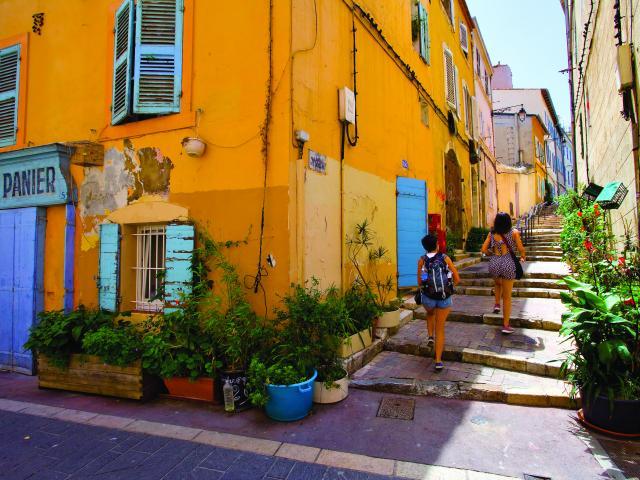 ruelle colorées et végétalisée du quartier du Panier à Marseille