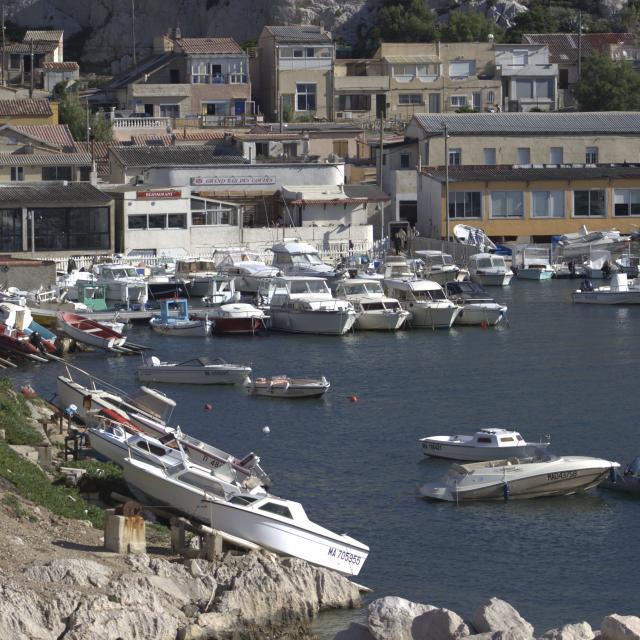 Bateaux et cabanons dans le port des Goudes