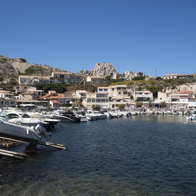 Petit Port et cabanons dans le quartier des Goudes à Marseille
