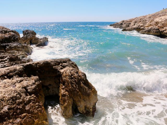 eau turquoise et vagues dans une crique du quartier des Goudes à Marseille