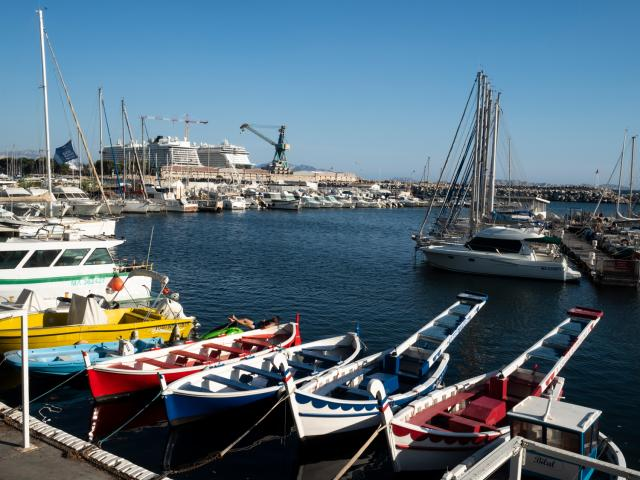 Bateaux traditionels de joutes dans le Port de l'Estaque à Marseille et paquebots de croisière en arrieèe plan