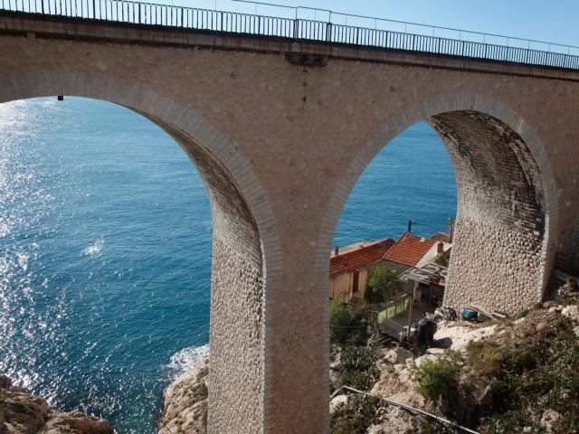 Arches du Pont de l'Estaque à Marseille vue sur la mer