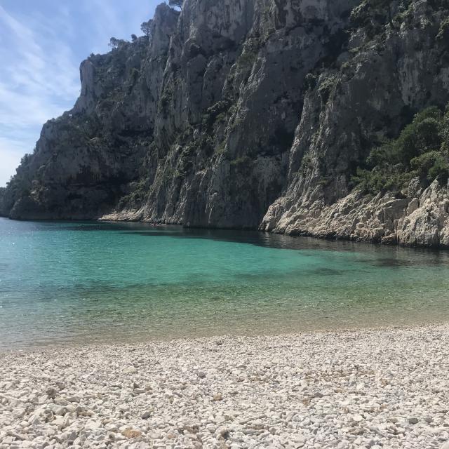 Plage et eau turquoise dans la calanque d'En Vau dans le Parc National des Calanques à Marseille