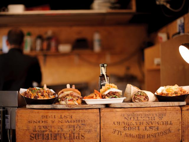 Comptoir de restaurant avec plats à emporter
