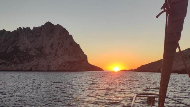 Soleil couchant sur les Calanques et l'île Maïre