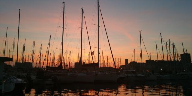 Vieux Port coucher de Soleil avec mâts des bateaux