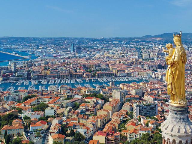 Vue aérienne sur Marseille et le vieux port, depuis Notre Dame de la Garde