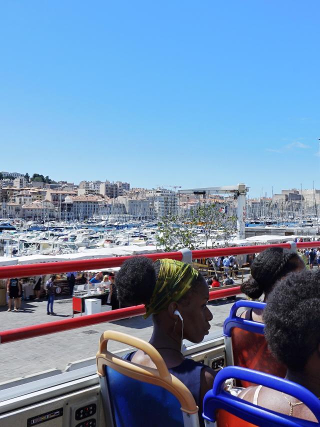 touristes visitant Marseille à bord d'un bus à étage, Vieux Port
