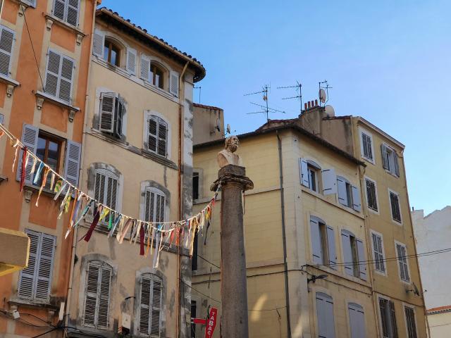 Colonne et façades dans le quartier Noailles