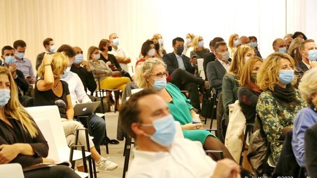 Salle de conférence avec des personnes masquées