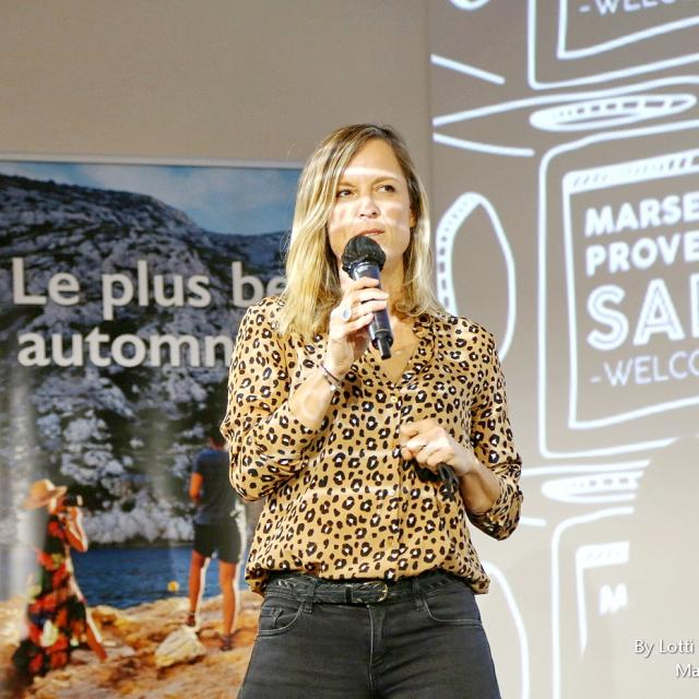 Stéphanie Savini qui fait un discours