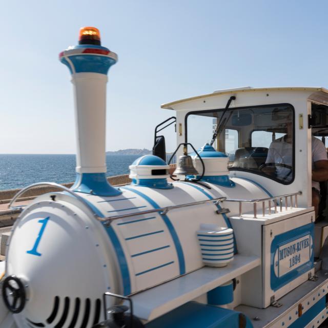 Le petit train sur la corniche avec la mer