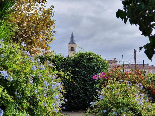 fleurs et verdure et clocher dans le village de l'Estaque