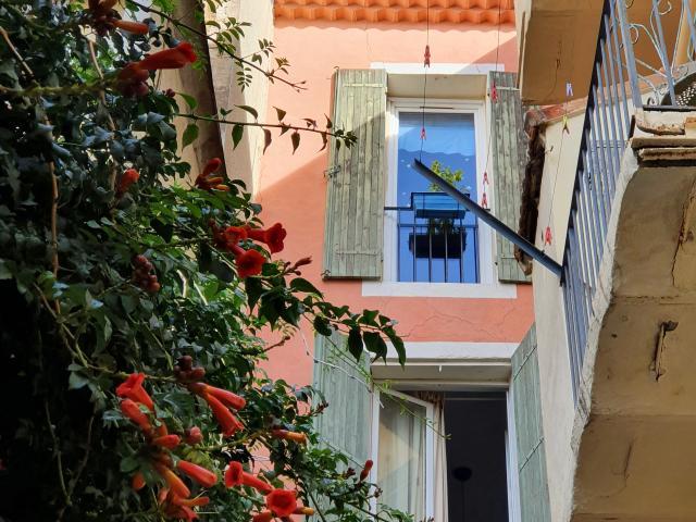 Façade rose d'une maison de village dans le quartier de l'Estaque