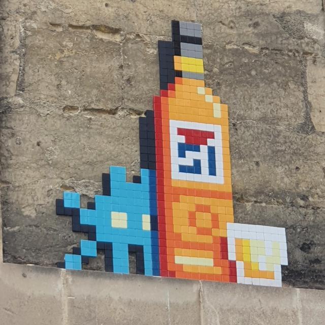 Mosaïque Space Invader à Marseille Bouteille de Pastis 51 et verre