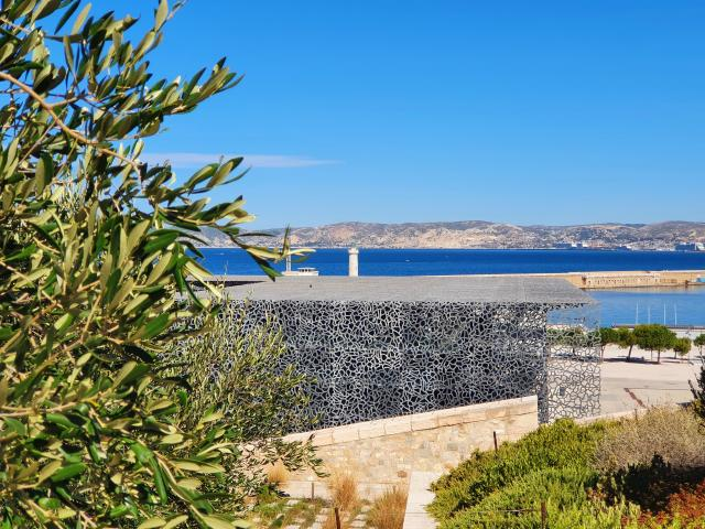 Vue sur le Mucem et rade de Marseille en fond
