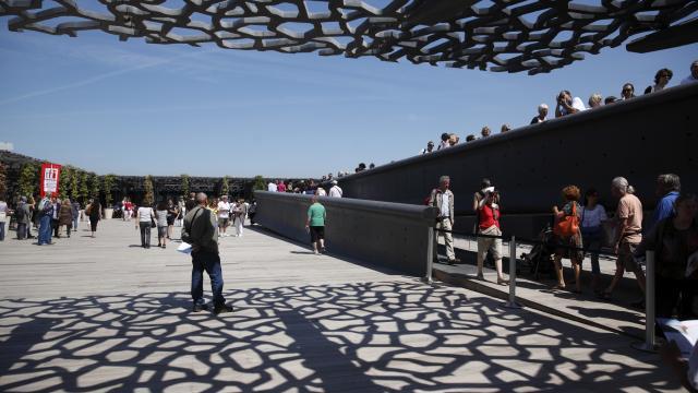 Terrasse du Mucem et passerelle avec des personnes qui visitent