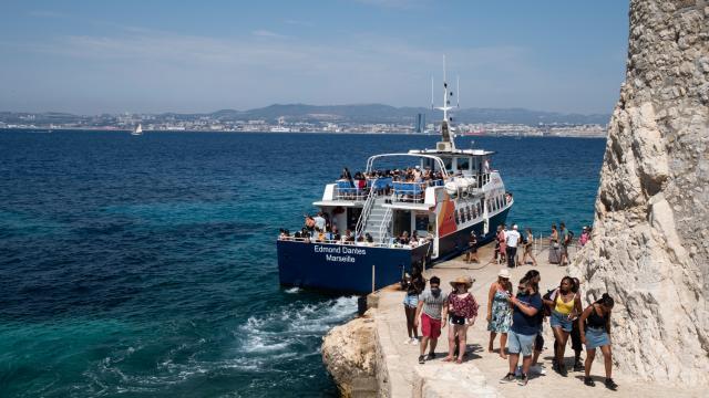 Arrivée du bateau navette sur le quai de l'île du Chateau d'If