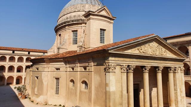 Cour intérieure de la vieille charité et chapelle
