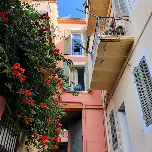 ruelle et immeuble dans le village de l'Estaque