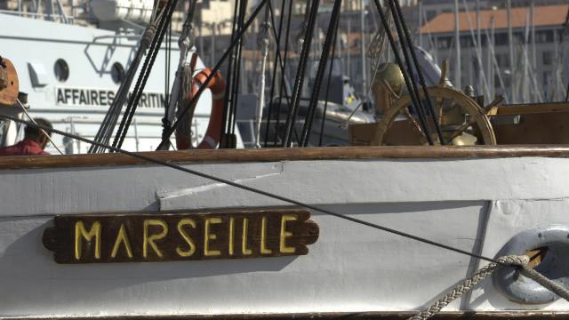 Voilier à Quai dans le port de Marseille