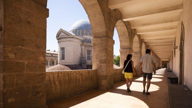 Arcade du centre de la Vieille Charité avec vue sur la chapelle