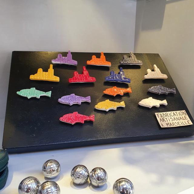 Boutique de l'Office de Tourisme de Marseille, magnets et pétanque
