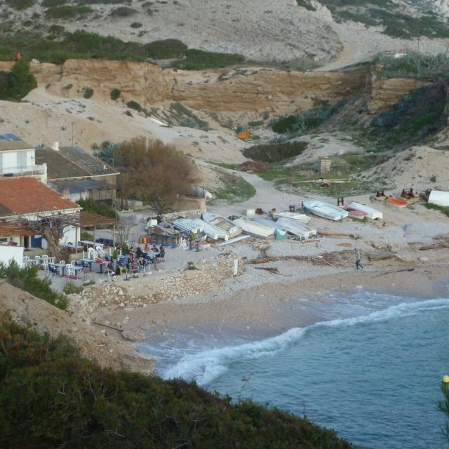 plage avec bateaux dans la calanque de Marseilleveyre