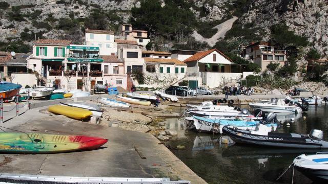 bateaux et cabanons dans la calanque de morgiou