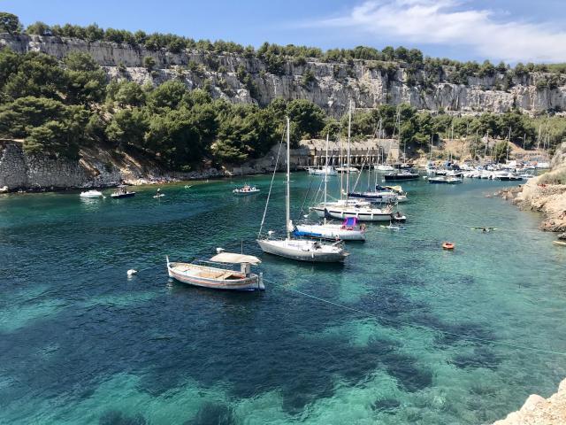 Calanque de port miou avec bateaux et eau turquoise